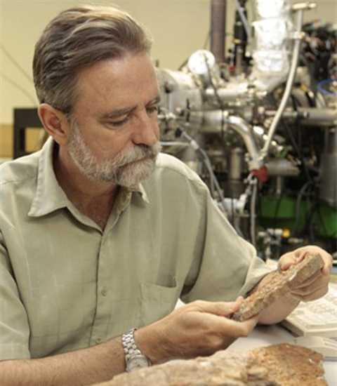 Giáo sư Harrison cầm mẫu đá zircon. Ảnh: Huffington Post