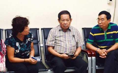 Hai vợ chồng nhân viên lãnh sự Trung Quốc ở Cebu cùng người phiên dịch tại cơ quan cảnh sát Cebu