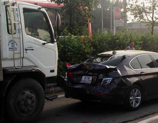 Siêu xe 2 tỷ biến dạng sau khi bị tông liên hoàn...