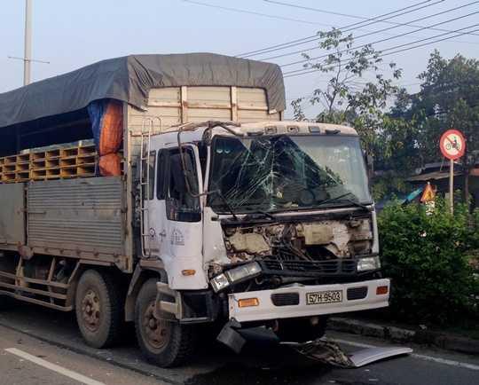 ... chiếc xe tải cũng vỡ nát phần đầu.