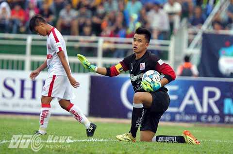 Văn Tiến liên tục phải trổ tài trước các chân sút của U21 TP.HCM (Ảnh: Quang Minh)