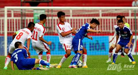 U21 HAGL (áo xanh) chơi bóng chưa thực sự an toàn trước U21 TP.HCM (Ảnh: Quang Minh)