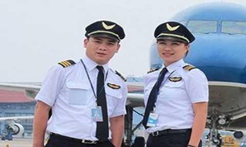 Ly Hương cùng một nam đồng nghiệp trước giờ bay.