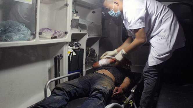 Bác sĩ cấp cứu cho một nam thanh niên tại hiện trường - Ảnh: Doãn Hòa
