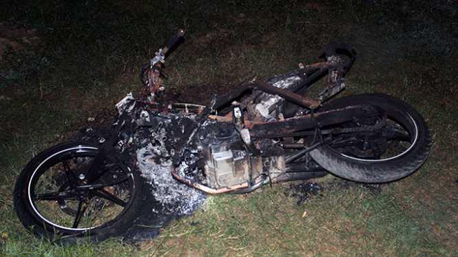 Chiếc xe máy của nhóm thanh niên bị đốt cháy rụi - Ảnh: Doãn Hòa