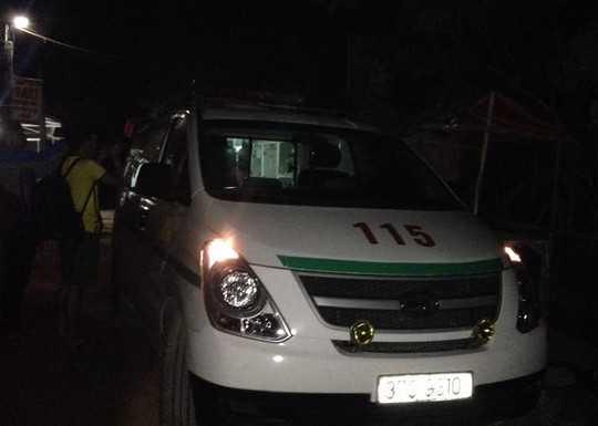 Xe cứu thương có mặt tại hiện trường để đưa các nạn nhân đi cấp cứu - Ảnh: Bình Văn