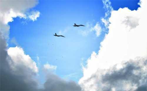 Máy bay tiêm kích Su-30 của Sư đoàn 370 (Quân chủng Phòng không – Không quân) thực hành ném bom trong diễn tập.