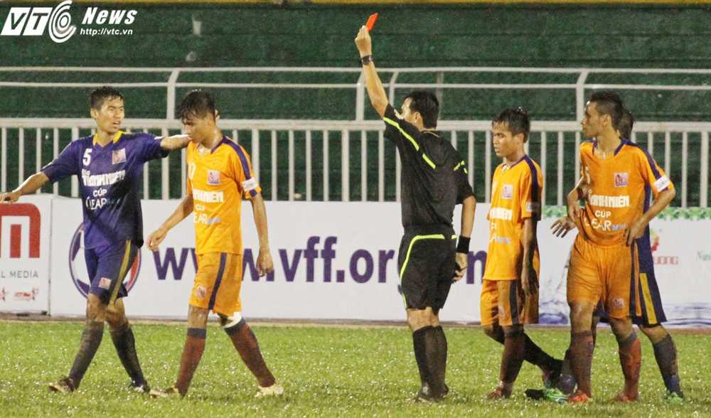 Hồ Ngọc Thắng nhận thẻ đỏ rời sân vì lỗi đánh nguội (Ảnh: Hoàng Tùng)