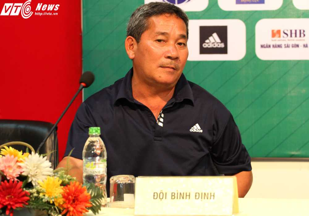 HLV Phan Tôn Quyền của U21 Bình Định (Ành: Hoàng Tùng)