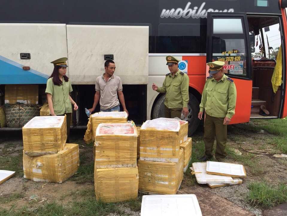 13 thùng xốp, bên trong chứa 900 kg nội tạng   động vật không rõ nguồn gốc đang trong quá trình phân hủy, bốc mùi hôi   thối nồng nặc