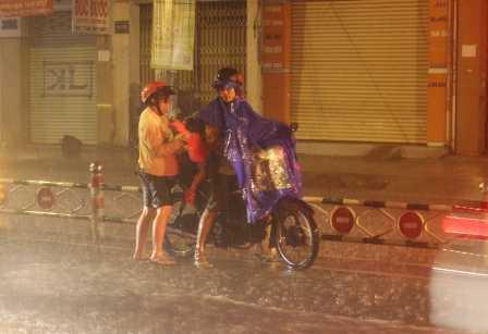 Người dân khổ sở vì nước ngập khiến xe chết máy.