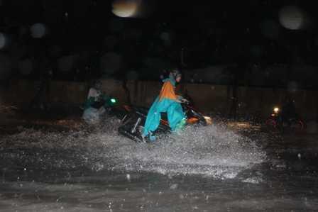 Nước ngập sâu lút gần hết bánh xe.