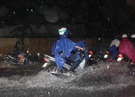 Nhiều người đi chậm bị vạ lây ướt hết đồ.