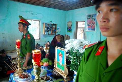 Đồng đội bên linh cữu trung úy cảnh sát Nay Plong