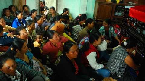 Bà con dân tộc thiểu số, người dân địa phương đến chia buồn cùng gia đình trung úy Nay Plong