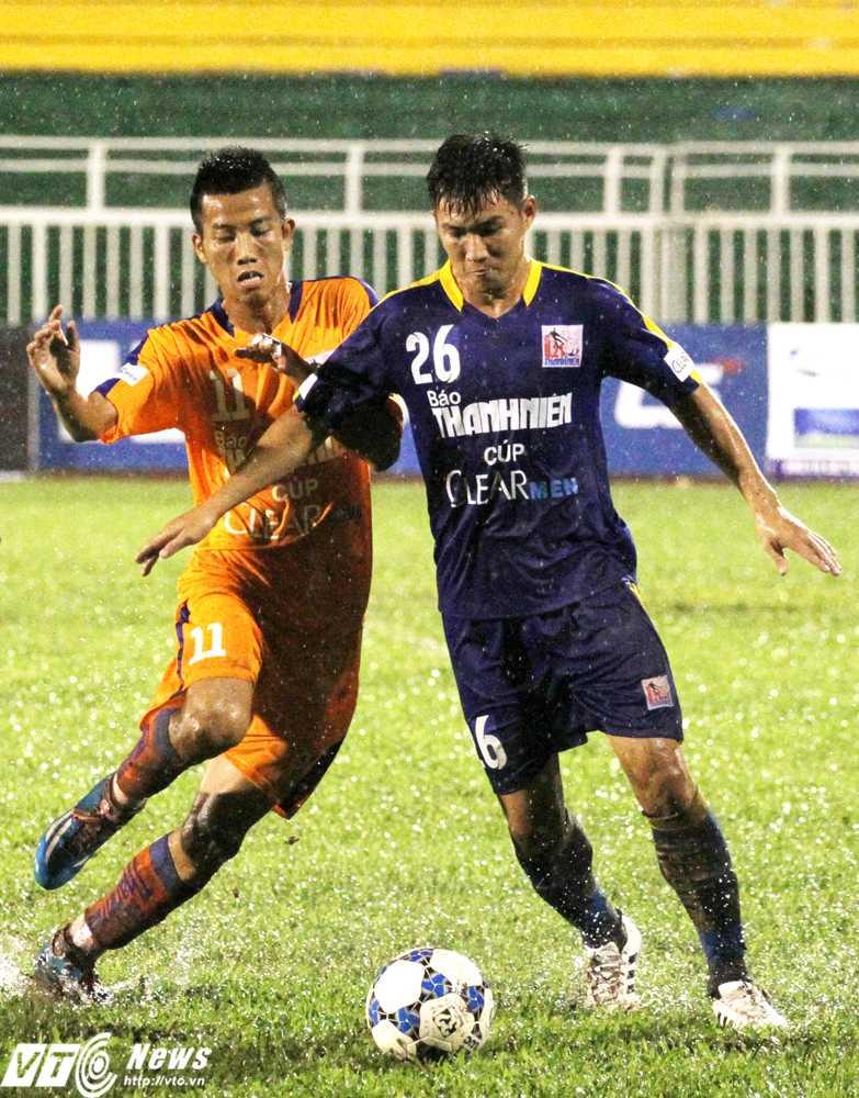 U21 SHB.Đà Nẵng 'thủy chiến' quyết liệt với U21 Sanatech Khánh Hòa  (Ảnh: Hoàng Tùng)