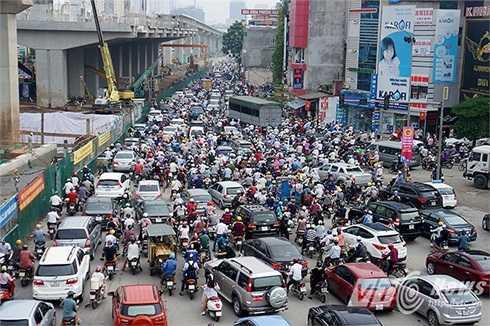 Cảnh ùn tắc khủng khiếp tại ngã tư Khuất Duy Tiến - Nguyễn Trãi