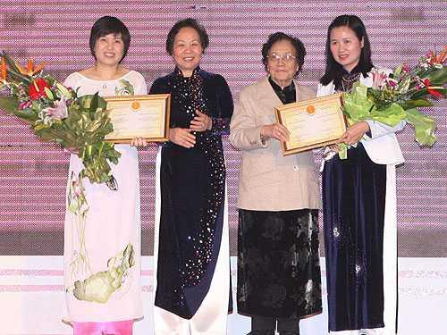 GS.TS Lê Thị Thanh Nhàn (ngoài cùng bên phải) nhận giải thưởng Kovalevskaia năm 2011. Ảnh: TNU