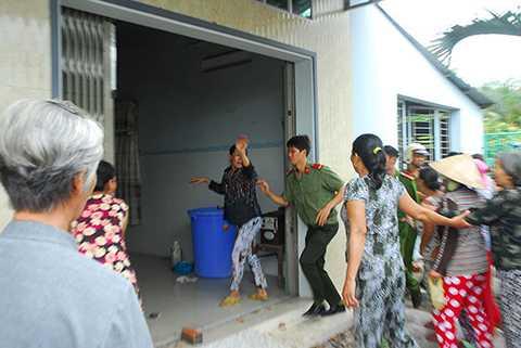 Lực lượng công an phải túc trực để ngăn cản người chơi hụi xông vào nhà tìm chủ hụi đòi nợ - Ảnh: Hoài Thương