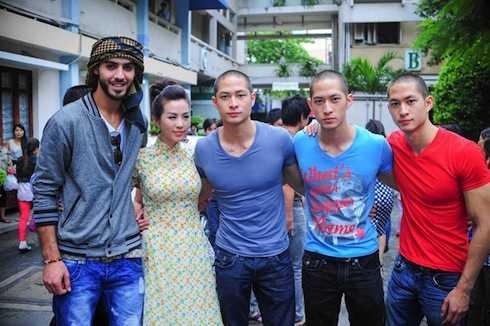 'Trai đẹp' Omar, ba anh em họ Lưu và MC Huyền Ny trong chuyến đi thiện nguyện ở TP.HCM hồi tháng 9.2013