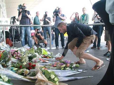Đặt hoa tưởng niệm các nạn nhân máy bay MH17 tại Đại sứ quán Hà Lan ở thủ đô Kiev, Ukraine