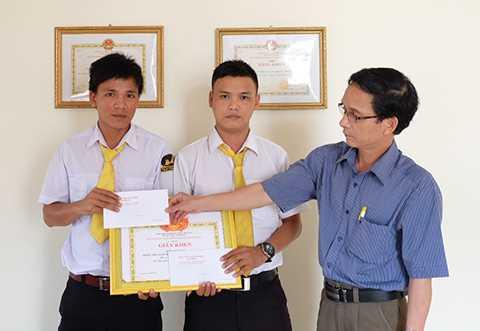 Hãng taxi Tiên Sa đã tuyên dương và tặng thưởng đối với hai tài xế mưu trí.