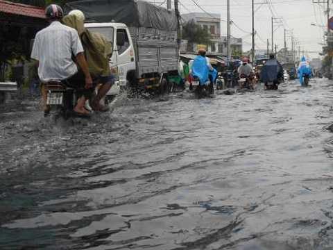 Mưa ngập gây đảo lộn cuộc sống người dân