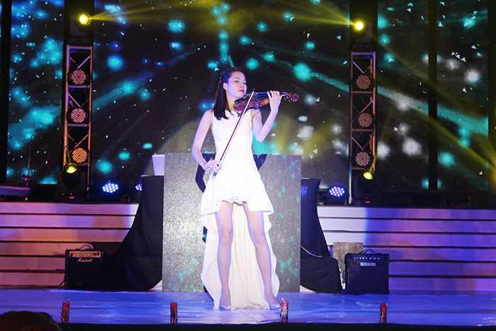 Tiết mục violon của ca sỹ Khánh Linh đã mở màn cho chương trình.