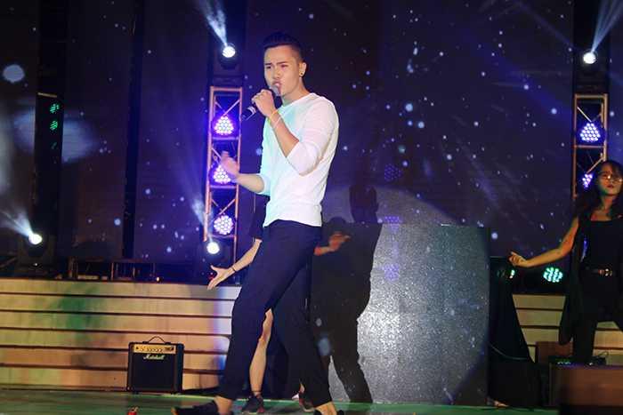 Sự xuất hiện của ca sỹ Duy Anh (giải 3 cuộc thi Tài sắc Phương Đông năm 2014) đã hâm nóng sấn khấu với tiết mục tắt đèn.