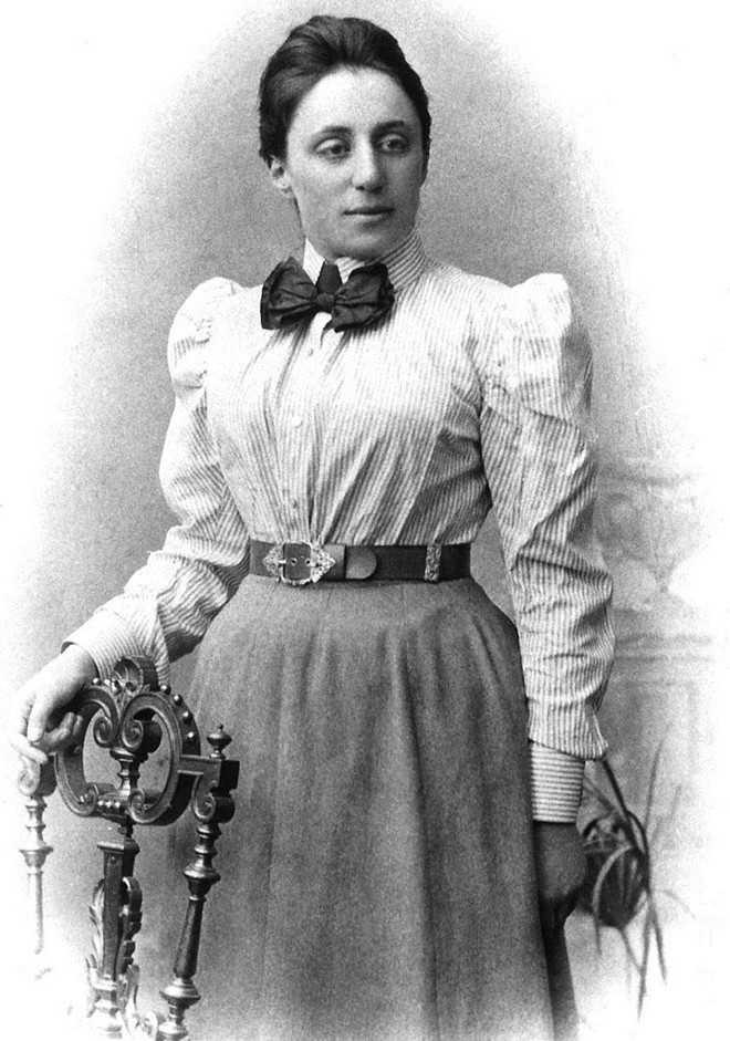 Nhà Toán học người Đức Amalie Emmy Noether   (1882 - 1935) nổi tiếng với những đóng góp nền tảng và đột phá trong   lĩnh vực đại số trừu tượng và vật lý lý thuyết. Nhà vật lý thiên tài   Albert Einstein từng đánh giáNoether là phụ nữ quan trọng nhất trong   lịch sử Toán học. Bà vừa là giáo sư đại học danh tiếng vừa là tác giả   của nhiều công trình nghiên cứu. Trong thời kỳ Đức Quốc xã cầm quyền, bà   bị cấm dạy và phải bỏ trốn sang Mỹ. Sau hai năm công tác tại Đại   họcBryn Mawr ở bang Pennsylvania, Amalie Emmy Noether qua đời.   Ảnh:Agnesscott.edu.