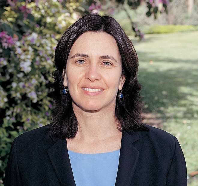 Shafrira Goldwasser sinh năm 1958 tại thành   phố New York, Mỹ. Hiện tại, bà là giáo sư Toán học tại Viện Khoa   họcWeizmann và giáo sư Khoa học Máy tính tại Viện Công nghệ   Massachusetts, theoMath-blog. Nghiên cứu của bà tập trung các lĩnh vực   mật mã, lý thuyết về độ phức tạp tính toán. Bà nổi tiếng nhất với phương   pháp chứng minh không tiết lộ thông tin. Ảnh: Jpost.