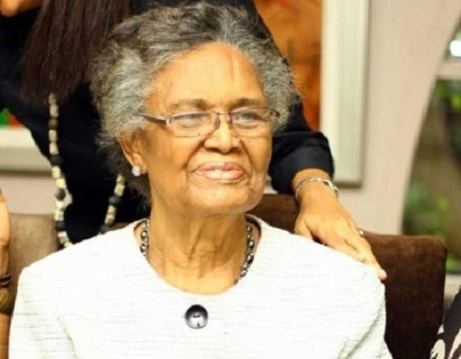Grace Alele-Williams, sinh năm 1931, là phụ   nữ đầu tiên tại Nigeria đứng đầu một trường đại học. Bà từng theo học   tại các trường Đại học Ibadan, Đại học Vermont và Chicago ở Mỹ.   Alele-Williams bắt đầu sự nghiệp giáo dục tại trường Queen. Năm 1976, bà   được phong giáo sư Toán học tại Đại học Lagos trước khi trở thành Hiệu   trưởng Đại học Benin, Nigeria. Ảnh: Woman.