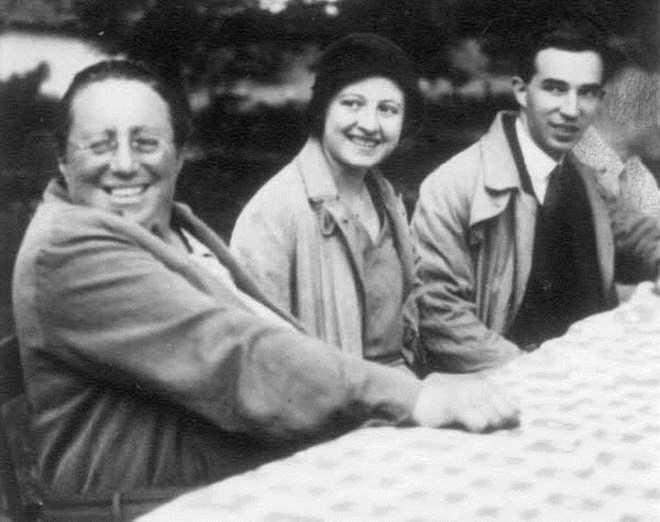 Marie-Louise Dubreil-Jacotin (1905 - 1972)   là phụ nữ thứ hai tại Pháp đạt học vị tiến sĩ Toán học. Năm 1943, bà trở   thành giáo sư tại Đại học Poitiers, và là nữ giáo sư Toán học đầu tiên   tại nước này.Dubreil-Jacotin là chuyên gia trong lĩnh vựcđộng lực học   chất lỏng và đại số trừu tượng.Ảnh:Math.info.