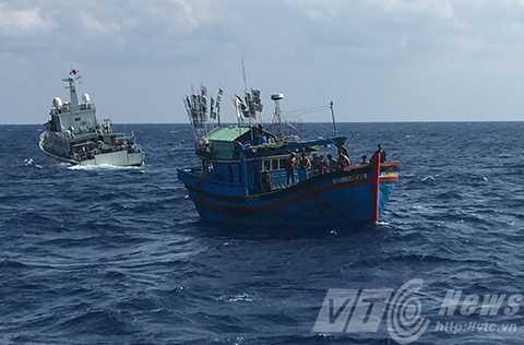 Tàu hải cảnh Trung Quốc liên tục cản trở tàu cứu nạn tiếp cận tàu cá
