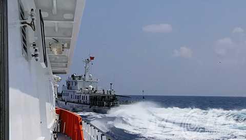 Tàu Trung Quốc tăng tốc cắt ngang hướng di chuyển của tàu SAR 412