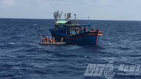 Sau hơn 2 tiếng đồng hồ điện đàm, tàu SAR 412 mới tiếp cận được tàu cá