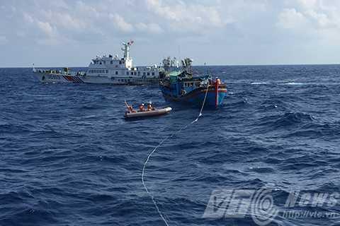 Tàu SAR 412 thả dây lai dắt tàu cá trong tình huống nguy hiểm