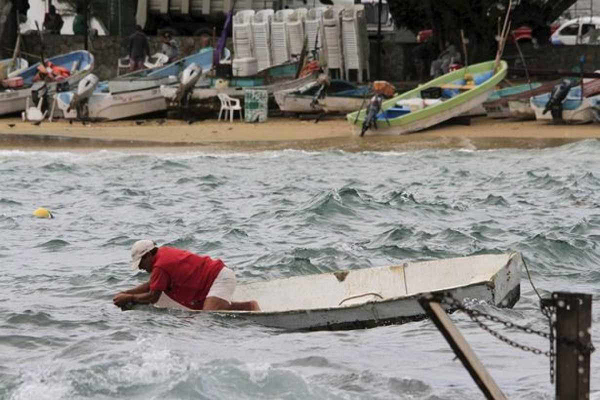 Ngư dân Mexico buộc thuyền trước khi bão đổ bộ