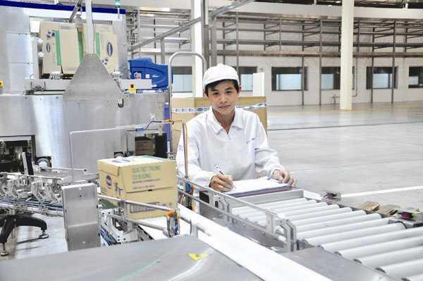 Dây chuyền sản xuất sữa nước của Vinamilk tại nhà máy ở Bình Dương. Ảnh: MINH TÂM