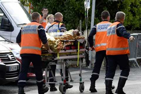 Thi thể một nạn nhân trong vụ tai nạn xe bus kinh hoàng ở Pháp được đưa ra ngoài