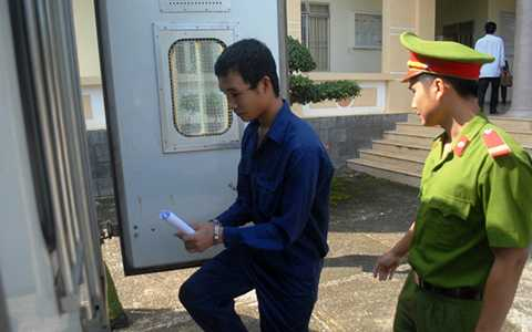 Công an dẫn giải bị cáo Hào Anh về trại tam giam chờ điều tra bổ sung và giám định tâm thần.