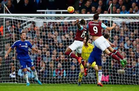 Carroll bật cao đánh đầu đưa West Ham vượt lên