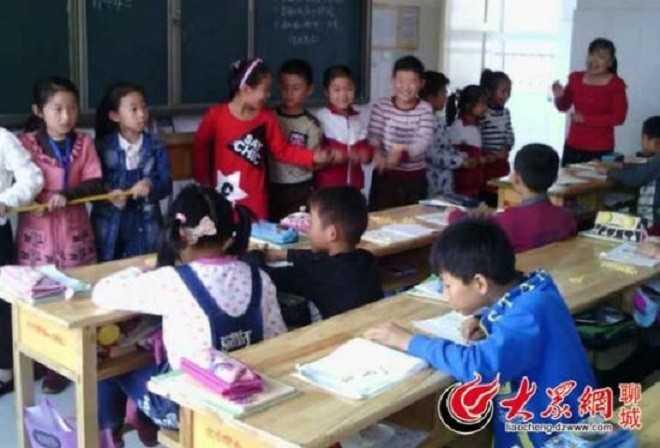 Ban lãnh đạo nhà trường quyết định bỏ môn Toán vì cho rằng, các em học sinh chưa đủ khả năng tư duy logic để học. Ảnh: Sina.