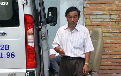 Cha nam thanh niên bị sát hại tại vòng xoay Dân Chủ thẫn thờ trong lúc chờ nhận thi thể con trai đưa về quê an táng. Ảnh: T.N.