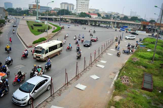 Sáng 25.10, nhà thầu DAELIM đã bắt đầu cho công nhân tháo dỡ điểm rào chắn không thi công ở đầu đường Hồ Tùng Mậu (gần cầu vượt Mai Dịch).