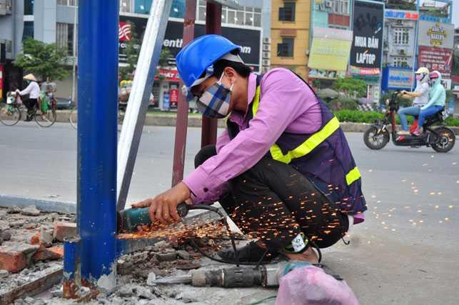 Các công nhân bắt đầu thực hiện các công đoạn tháo dỡ rào chắn.