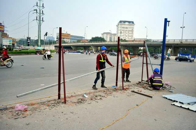 Dự kiến trong ngày 25/10 sẽ tháo dỡ xong 2 bên rào chắn trên đường Hồ Tùng Mậu.
