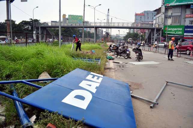Sau khi tháo dỡ xong 2 bên rào chắn, lòng đường Hồ Tùng Mậu sẽ được mở rộng thêm khoảng 10m dành cho các phương tiện lưu thông.