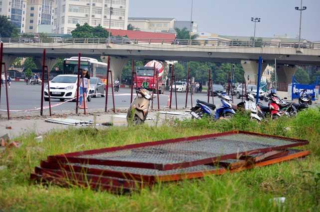 Những tấm tôn, lưới sắt sau khi được tháo dỡ được đưa lên dải phân cách ở giữa đường.