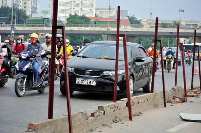 """Giao thông trên tuyến đường Hồ Tùng Mậu sẽ bớt """"nóng"""" hơn sau khi điểm rào chắn này được tháo dỡ."""